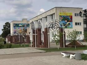 学校の壁に広島から贈ったキッズゲルニカが掲げてあります.jpg